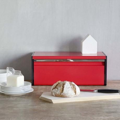 Страстно червена кутия за хляб Brabantia с падащ преден капак