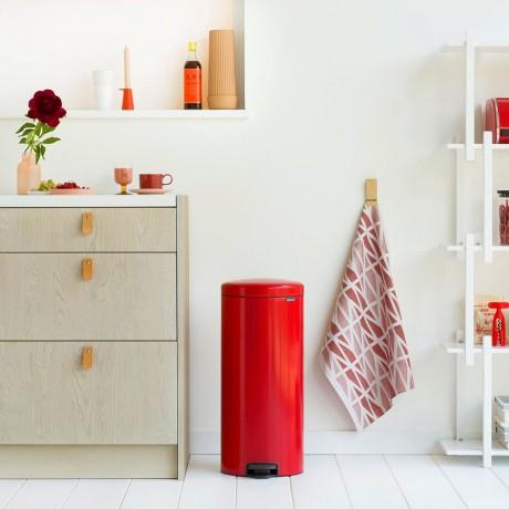 30 л. страстно червен кош за боклук с педал Brabantia NewIcon