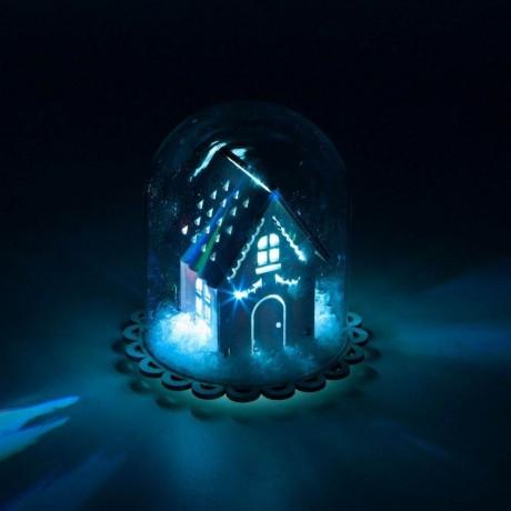 Светеща зимна къщичка под стъклен купол